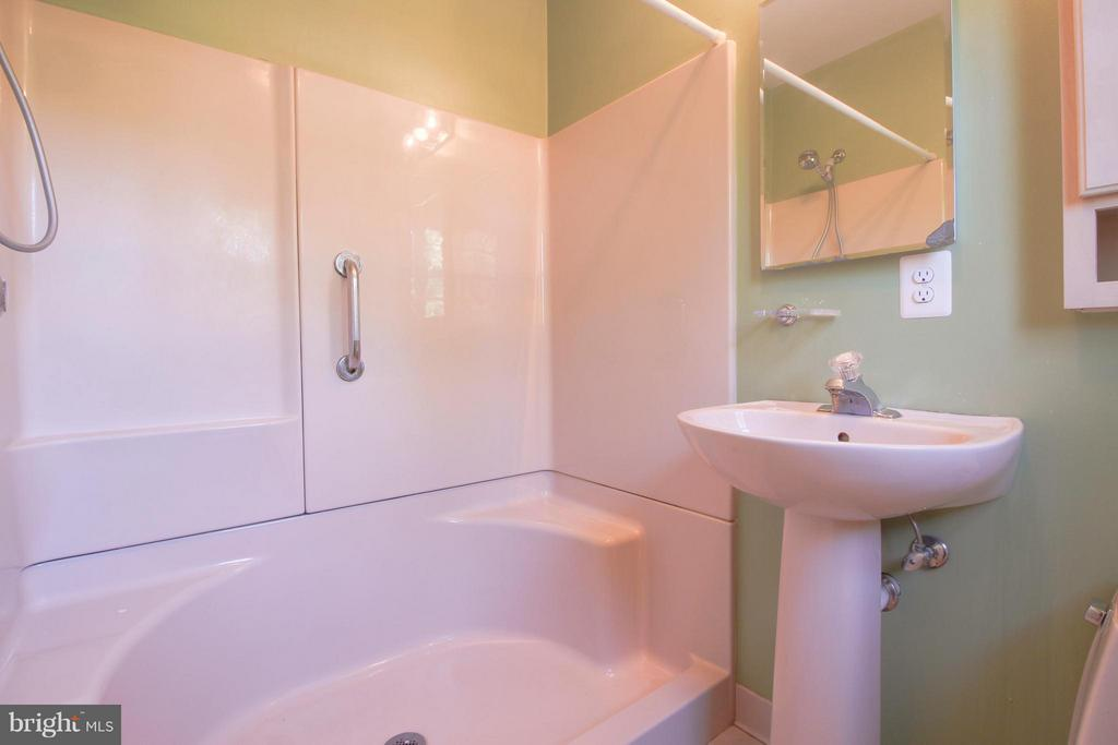Large Shower Stall with Benches - 402 AUTUMN OLIVE WAY, STERLING