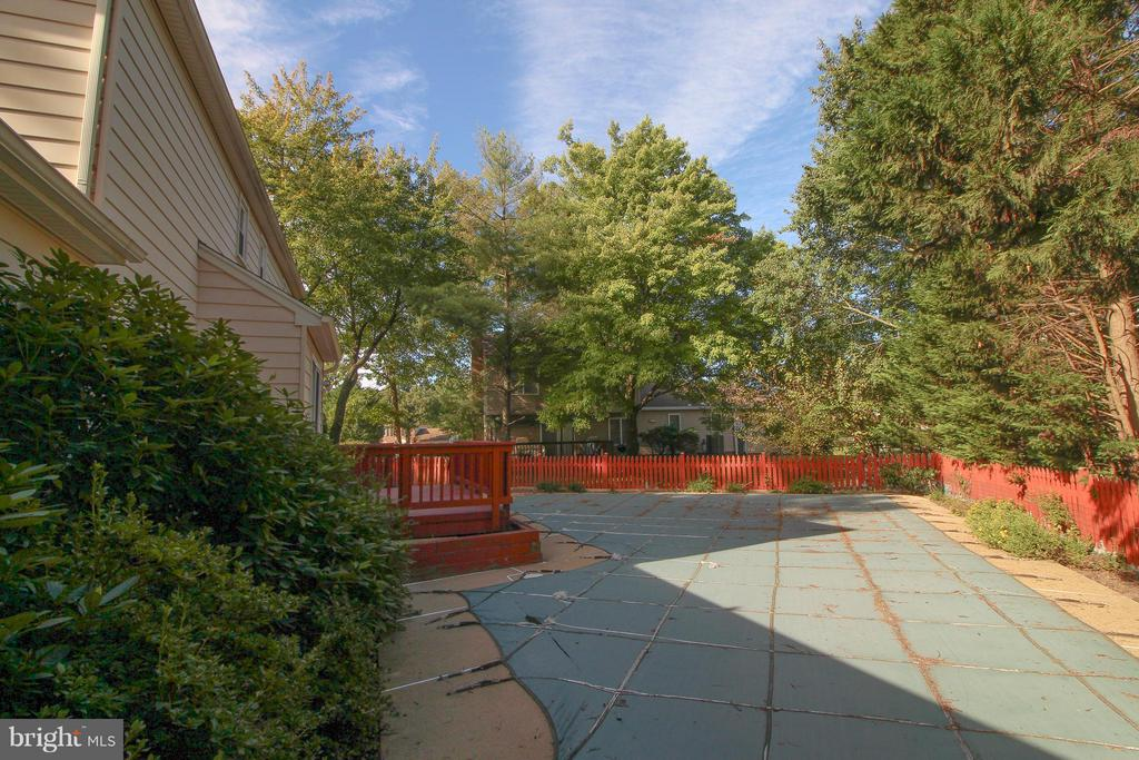 Fully Fenced  in Yard - 402 AUTUMN OLIVE WAY, STERLING