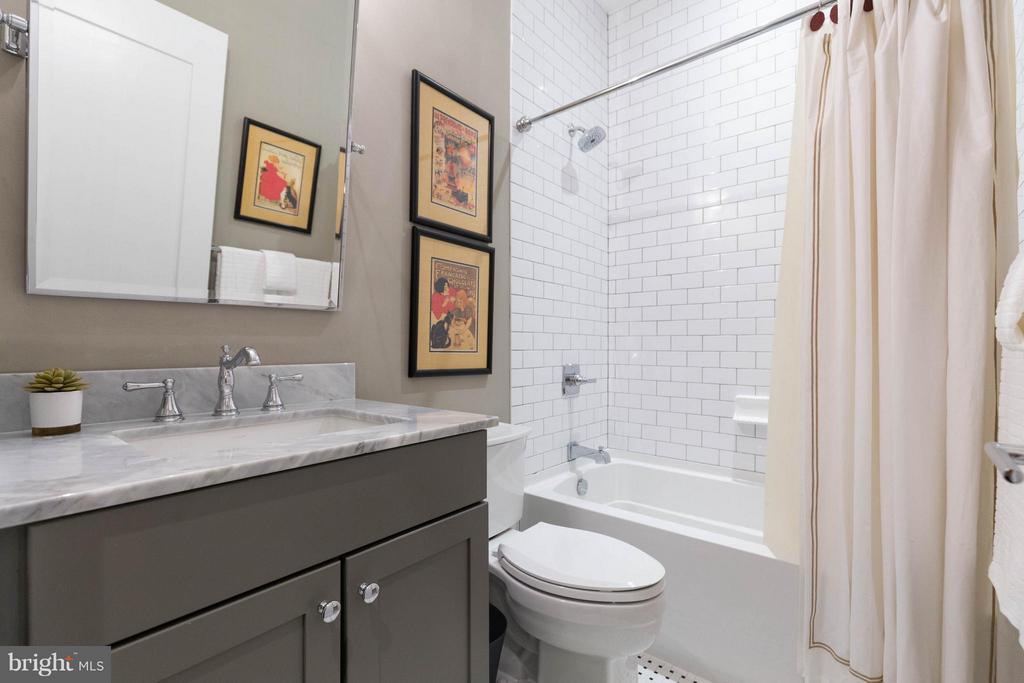 Full bath #2 - 630 14TH ST NE #3, WASHINGTON