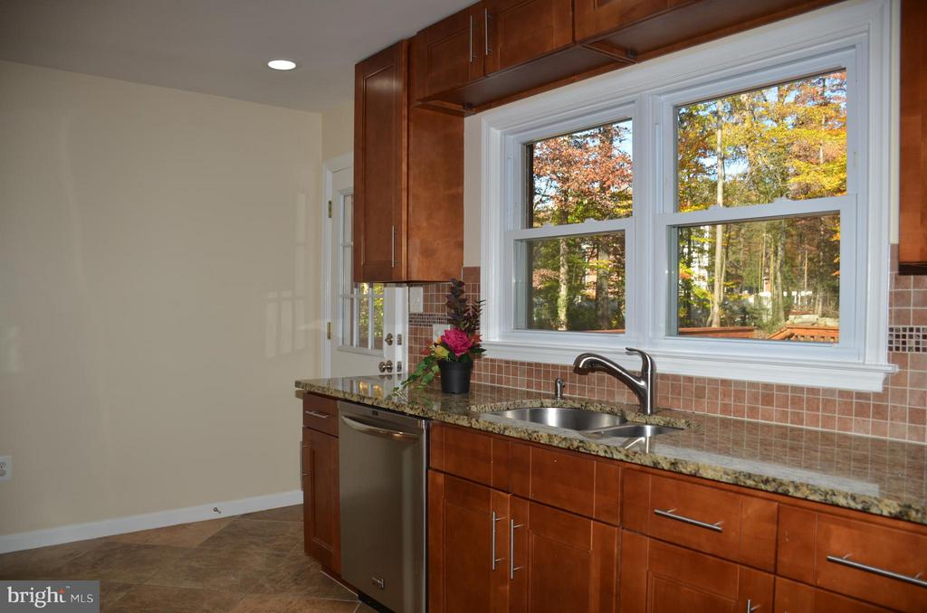 Kitchen with granite counter top - 7412 BRADDOCK RD, ANNANDALE
