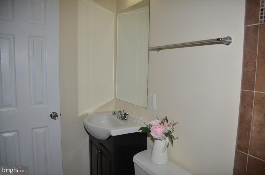 Full bathroom in master bedroom - 7412 BRADDOCK RD, ANNANDALE
