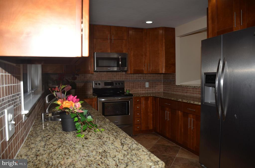 Kitchen with 42 inches cabinets - 7412 BRADDOCK RD, ANNANDALE