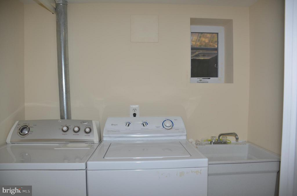 Laundry room in basement - 7412 BRADDOCK RD, ANNANDALE