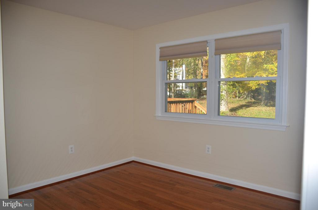Bedroom #2 in main level with view to backyard - 7412 BRADDOCK RD, ANNANDALE