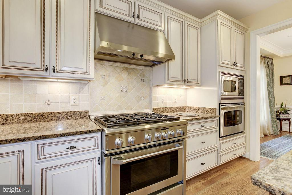 Gas cooking at its best! - 4516 WINDSOR LN, BETHESDA