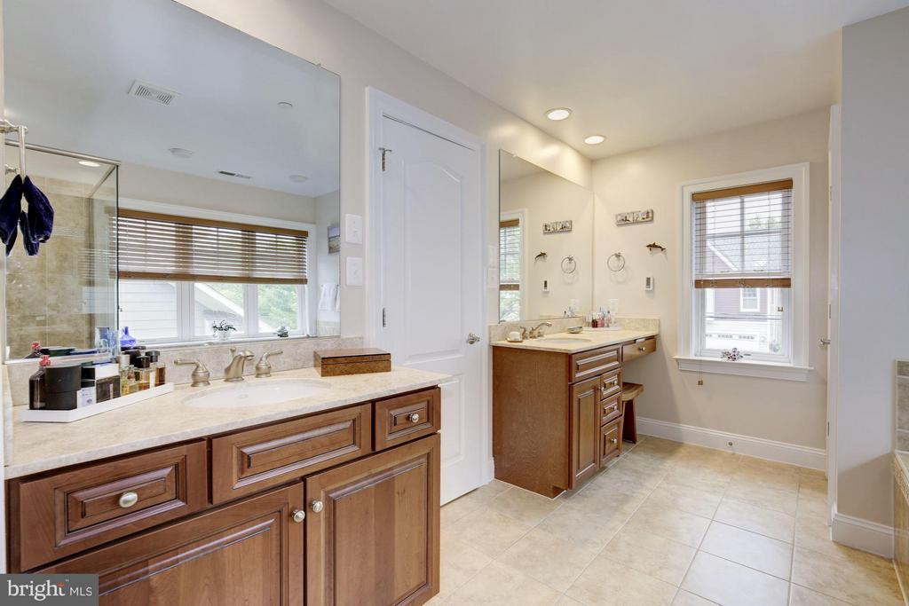 Luxury and spacious - 4516 WINDSOR LN, BETHESDA