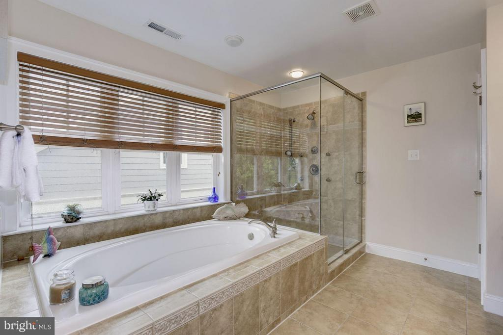 Separate tub and over-sized shower - 4516 WINDSOR LN, BETHESDA