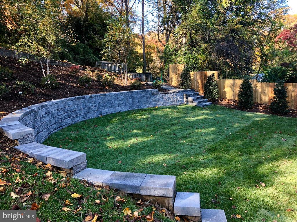 Retaining wall dramatically expands yard space - 2146 POLLARD ST N, ARLINGTON