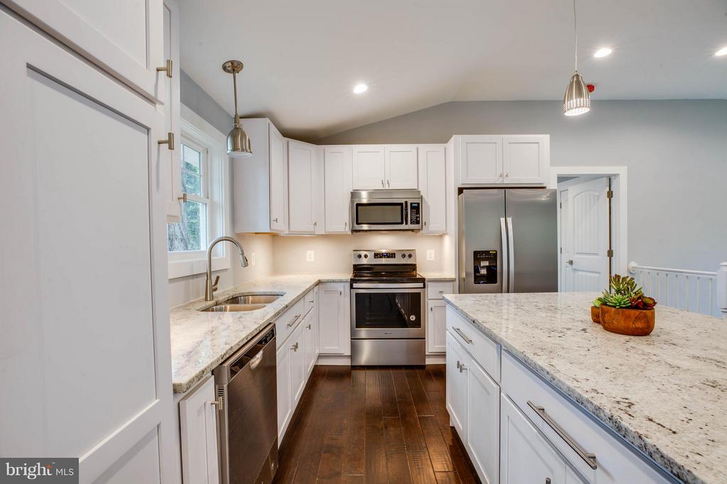 Kitchen with granite counter tops - 116 FEDERAL RD, LOCUST GROVE