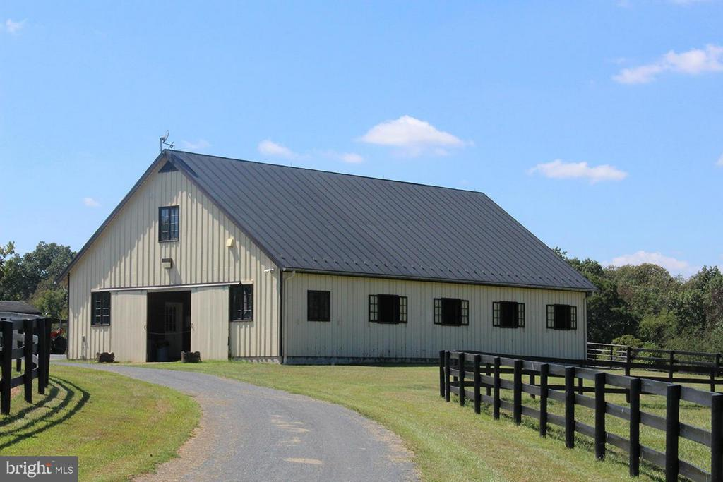 Center aisle stable - 21011 ST LOUIS RD, MIDDLEBURG