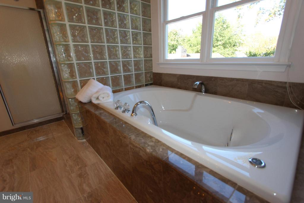 Roomy Jetted Soaking Tub - 1915 ANDERSON RD, FALLS CHURCH