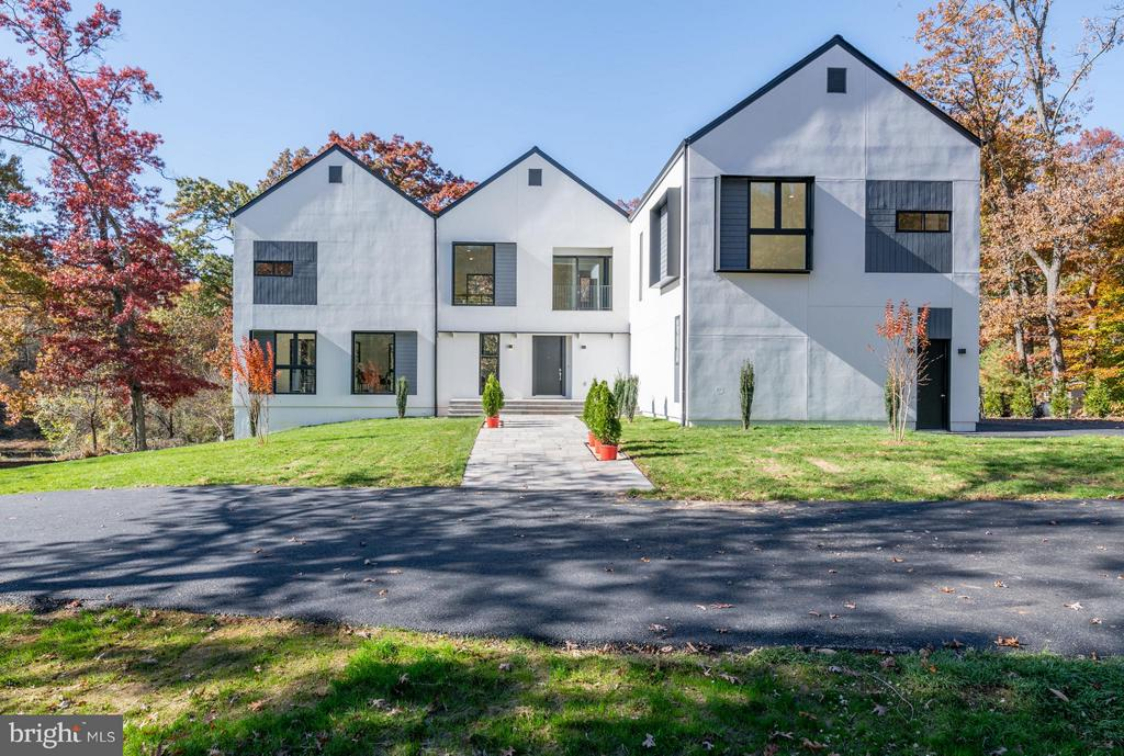 Front Exterior - 4400 OLLEY LN, FAIRFAX