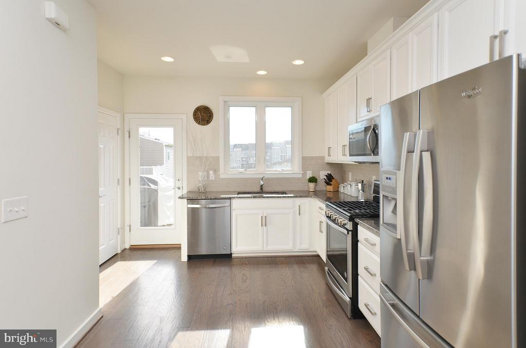 Upgraded Kitchen w/ Granite, SS Appliances, Bkspl - 19959 MAJOR SQ, ASHBURN