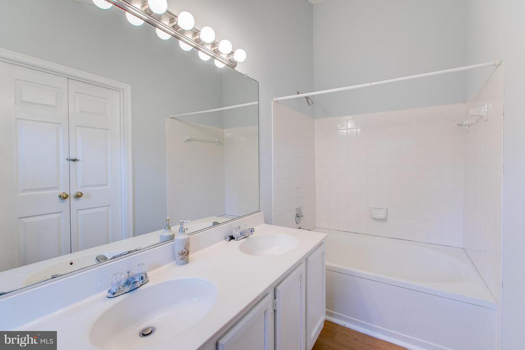 Double Vanity and Garden Tub - 301 KNOLLWOOD CT, STAFFORD