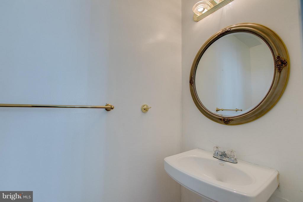 Half Bath - 301 KNOLLWOOD CT, STAFFORD
