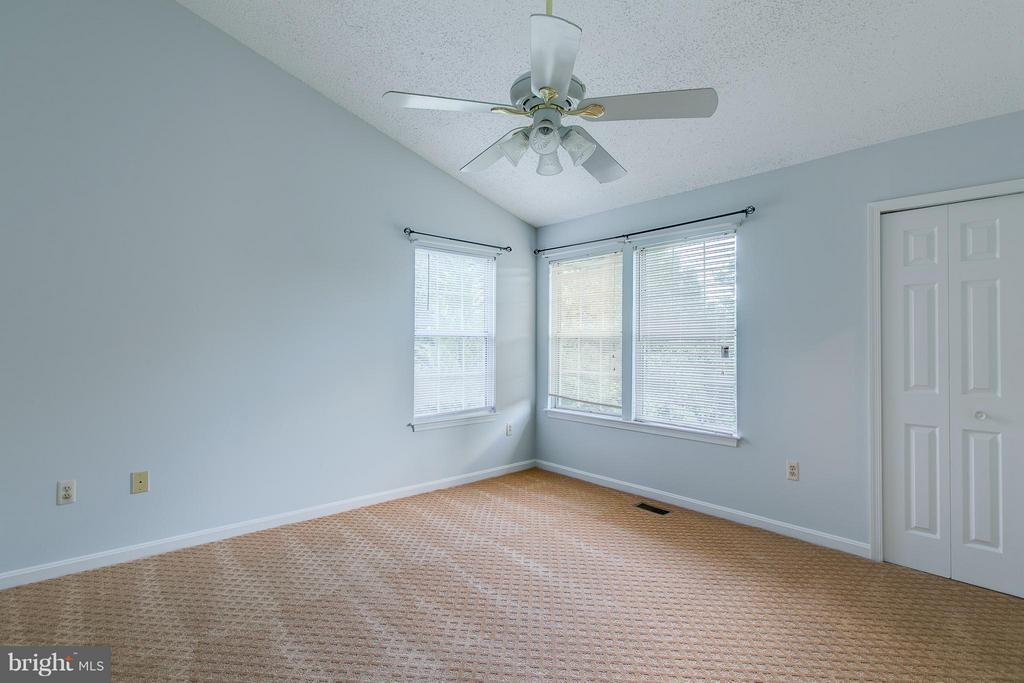 Master with Vaulted Ceiling - 301 KNOLLWOOD CT, STAFFORD
