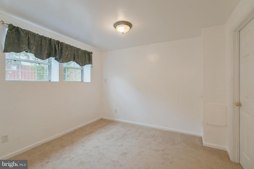 Office or bedroom in the basement - 301 KNOLLWOOD CT, STAFFORD