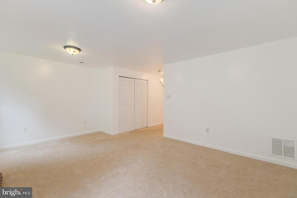 Large Space - 301 KNOLLWOOD CT, STAFFORD