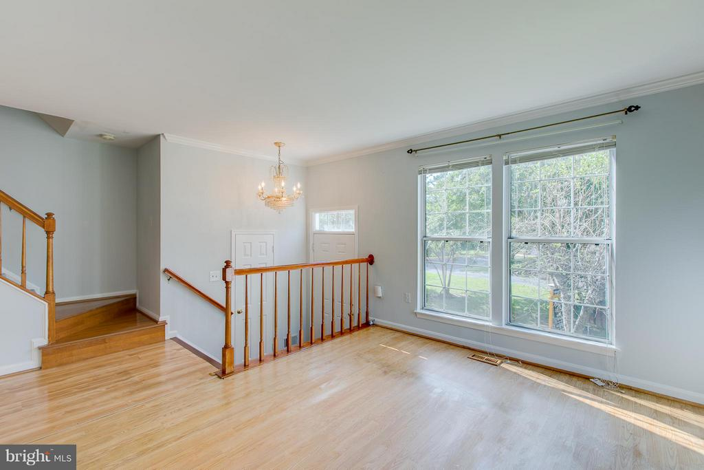 Spacious Living Room - 301 KNOLLWOOD CT, STAFFORD