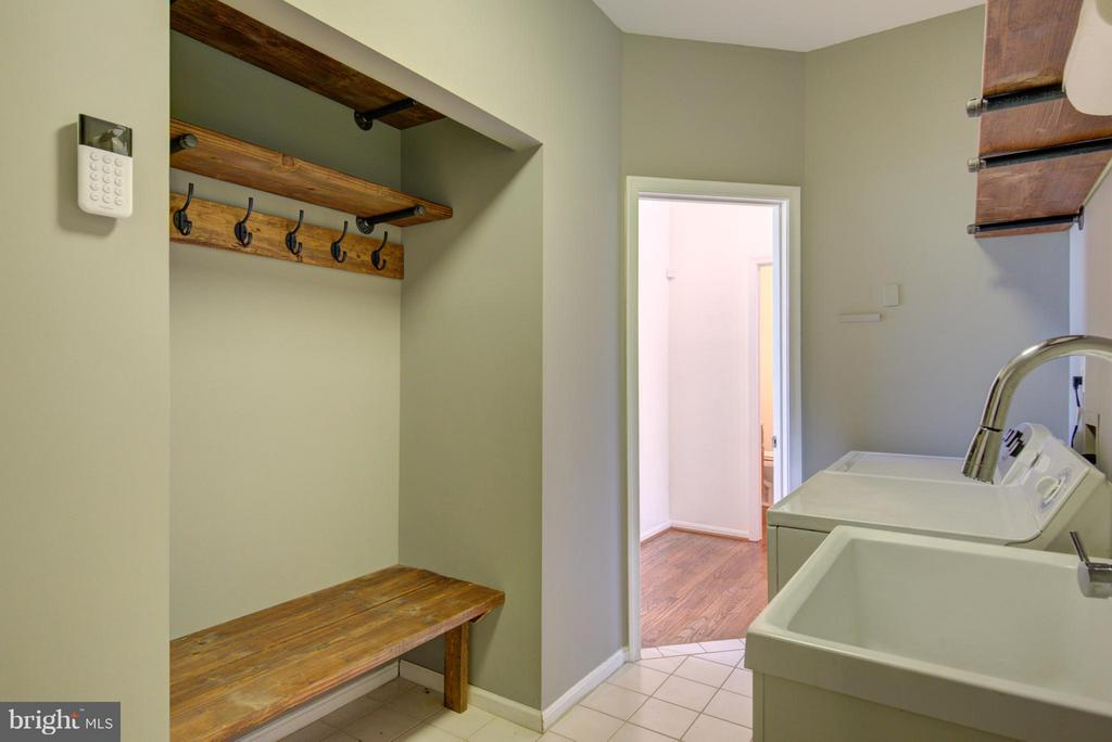 Laundry with custom built-in - 18990 LOUDOUN ORCHARD RD, LEESBURG
