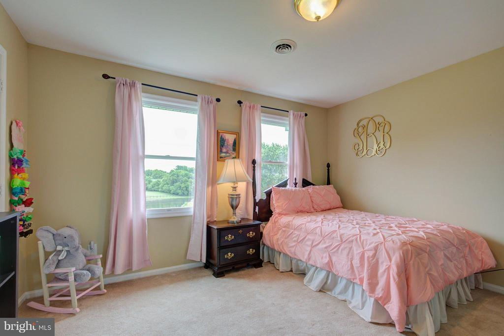 Very large secondary Bedrooms w/walkin closets - 18990 LOUDOUN ORCHARD RD, LEESBURG