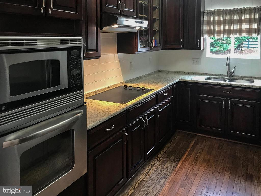 Kitchen with hardwood flooring - 18990 LOUDOUN ORCHARD RD, LEESBURG