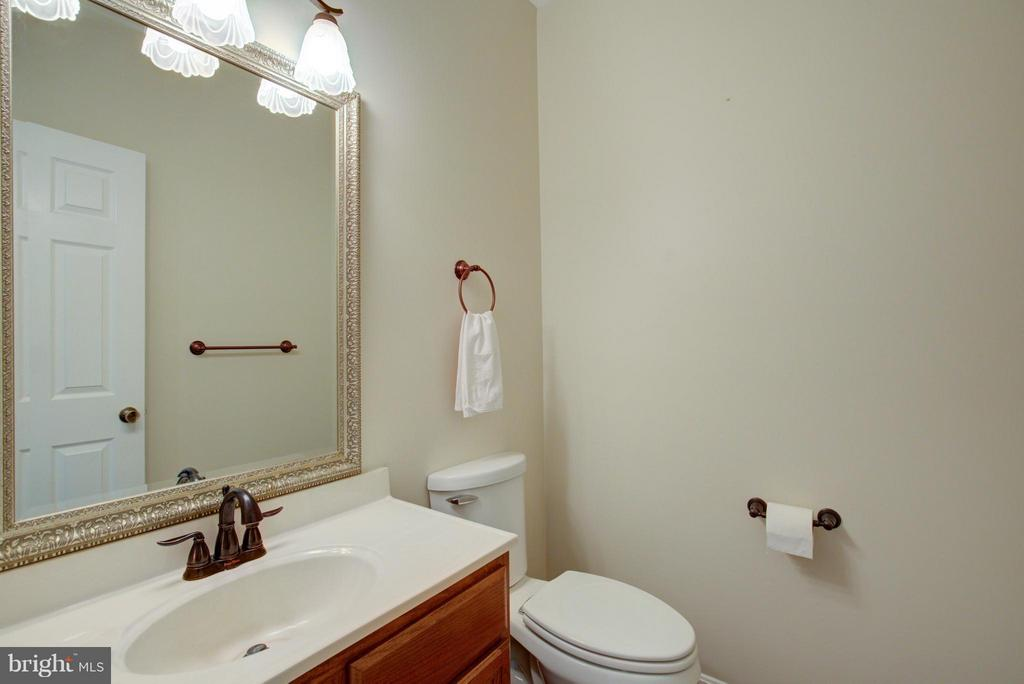 Half bath on main floor - 18990 LOUDOUN ORCHARD RD, LEESBURG