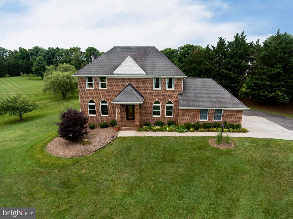 Beautiful custom home with side load garage - 18990 LOUDOUN ORCHARD RD, LEESBURG