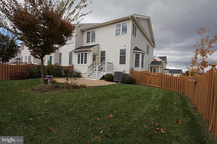 Large flat fenced in backyard - 301 ADDIVON TER, PURCELLVILLE