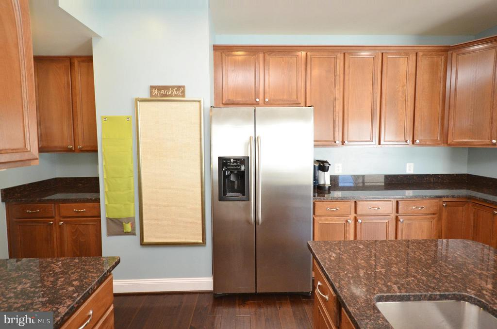 Lovely Kitchen with Ample Cabinet Space - 23382 HIGBEE LN, ASHBURN