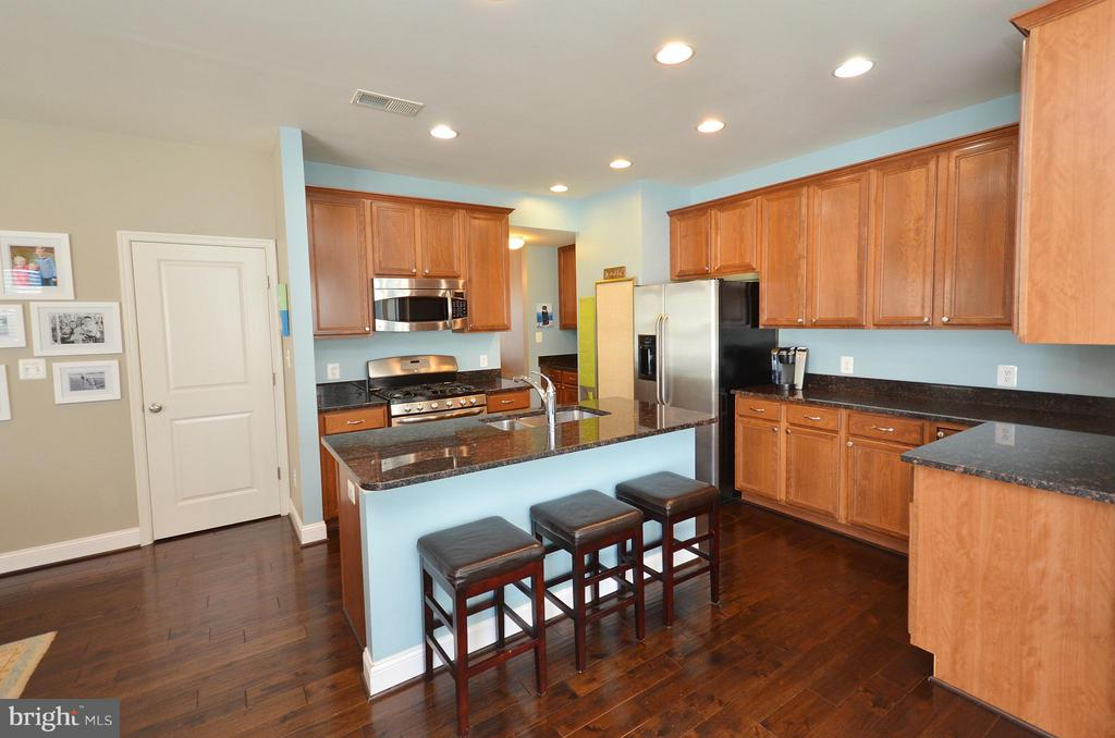 Lovely Kitchen with Island - 23382 HIGBEE LN, ASHBURN