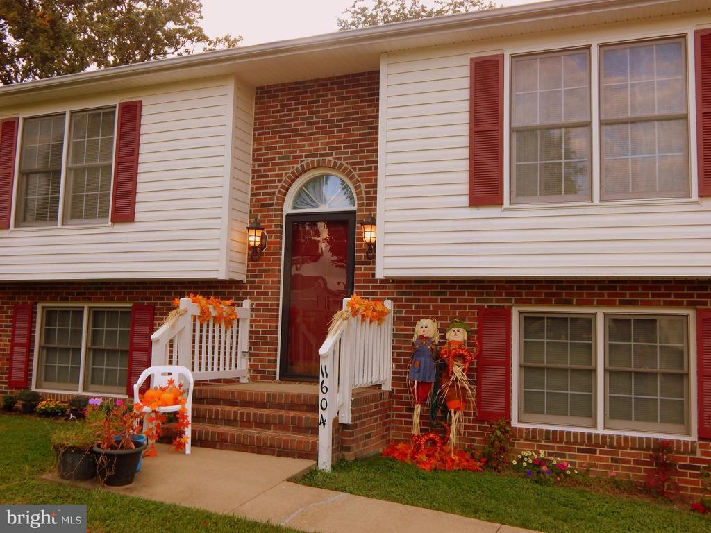 Perfect color scheme for all seasonal decorations! - 11604 BRIAN DR, FREDERICKSBURG