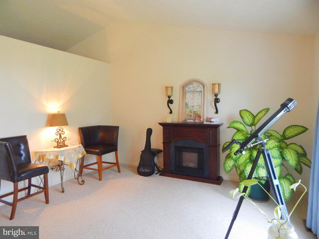 LR fireplace, wall sconces and collectibles nook. - 11604 BRIAN DR, FREDERICKSBURG
