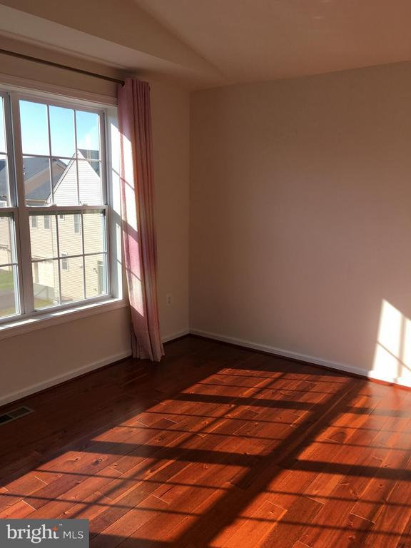 filled natural light throughout the property - 22605 CAMBRIDGEPORT SQ, ASHBURN