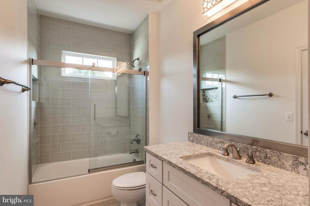 Renovated Hall Bath w/ Custom Vanity & Window - 19917 INTERLACHEN CIR, ASHBURN