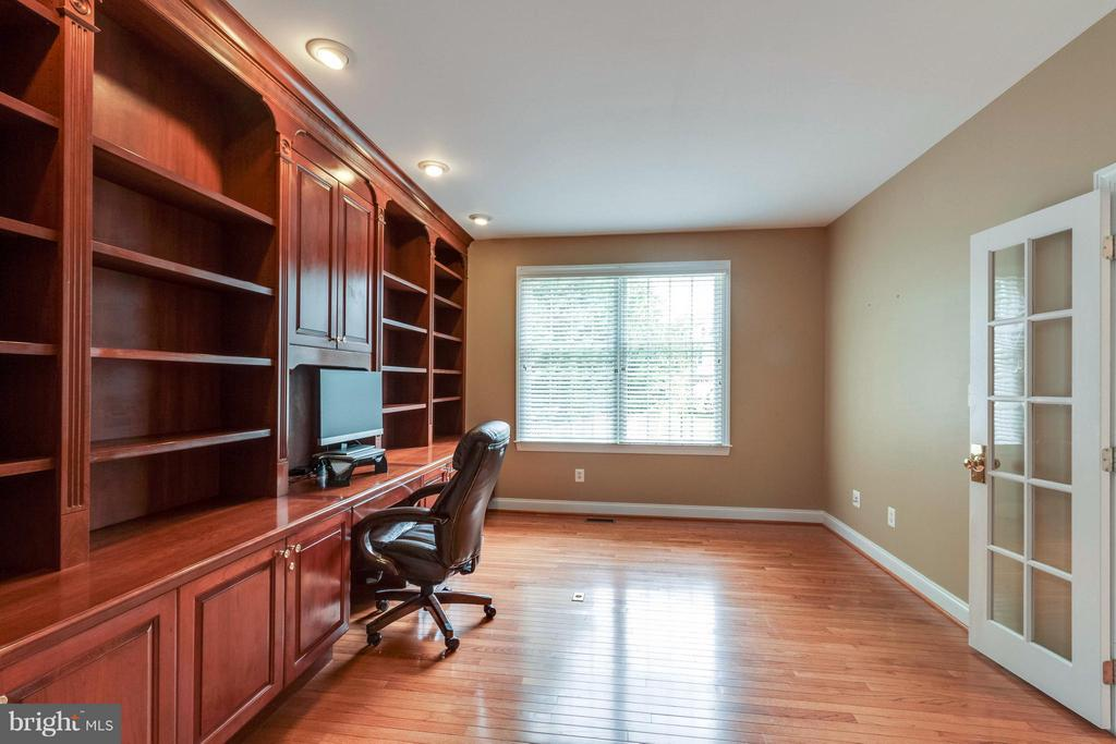 Large Office w/ Custom Built-Ins - 19917 INTERLACHEN CIR, ASHBURN