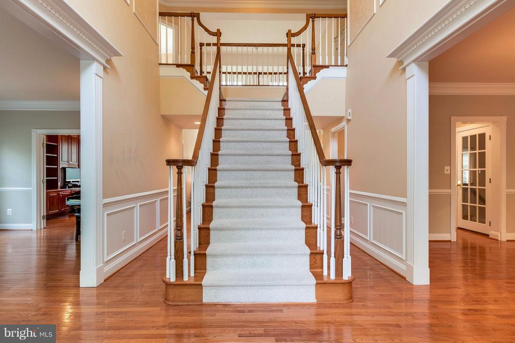 Dramatic Two Story Foyer w/ Gleaming HWD Floors - 19917 INTERLACHEN CIR, ASHBURN