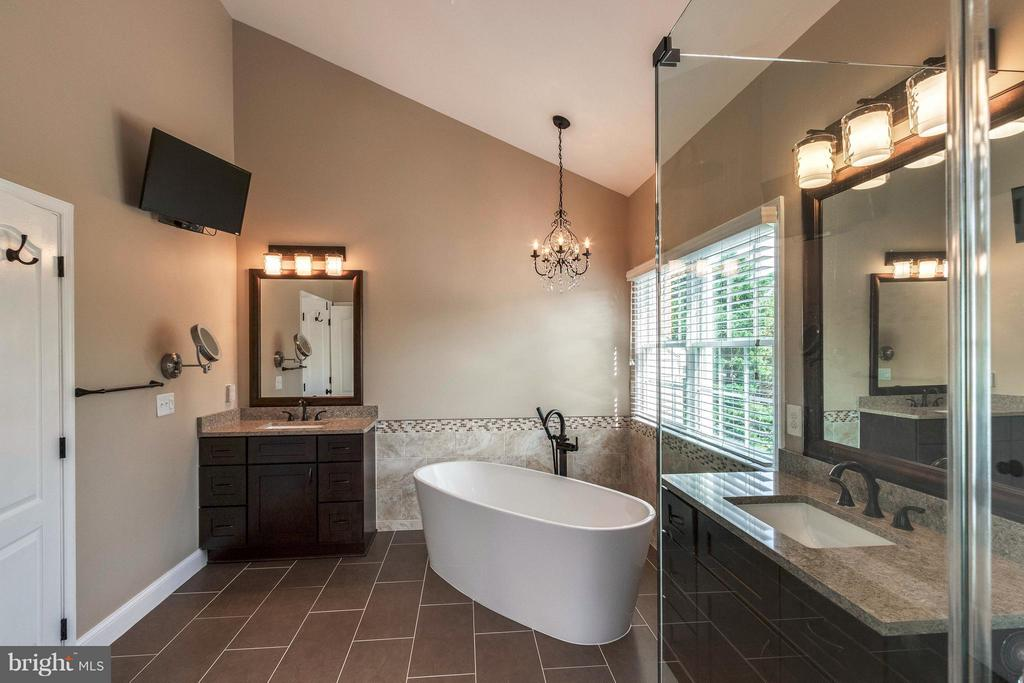 Newly Reno'd Master Bath w/ His & Her Vanities - 19917 INTERLACHEN CIR, ASHBURN