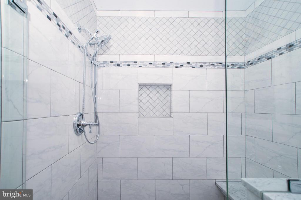 Bath (Master) - 6325 ROPE SWING CT, SPOTSYLVANIA