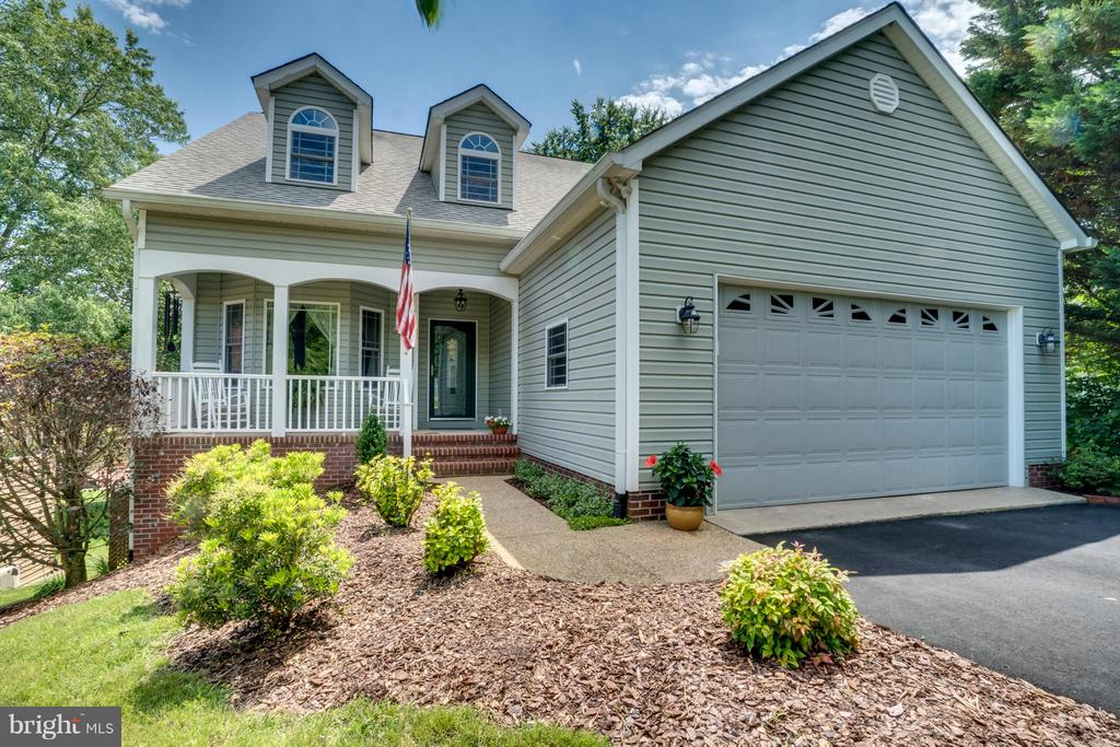 THIS HOME IS UPDATED AND METICULOUSLY MAINTAINED! - 102 HARRISON CIR, LOCUST GROVE