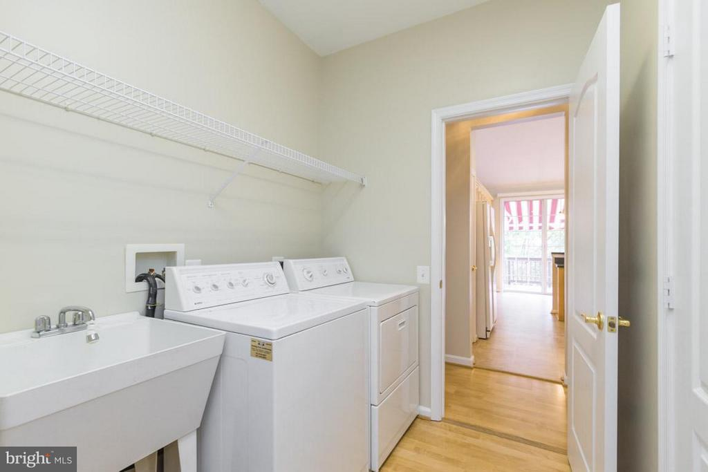 Main level laundry room - 12165 EDDYSTONE CT, WOODBRIDGE