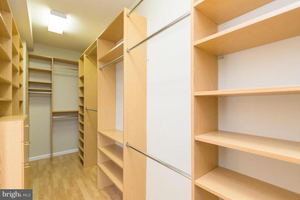 Custom walk in closet - 12165 EDDYSTONE CT, WOODBRIDGE