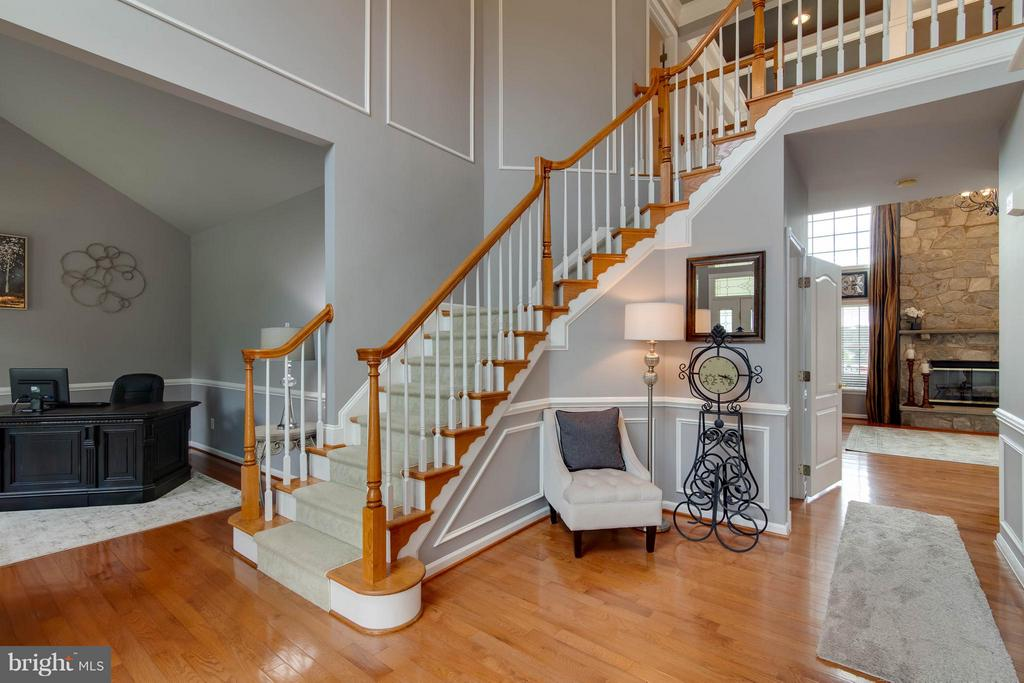 Dramatic 2-story entryway - 19686 PELICAN HILL CT, ASHBURN