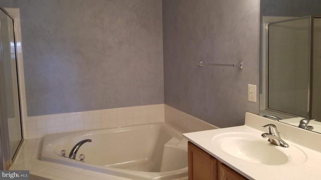 Bath (Master) - 5409 SILVER MAPLE LN, FREDERICKSBURG