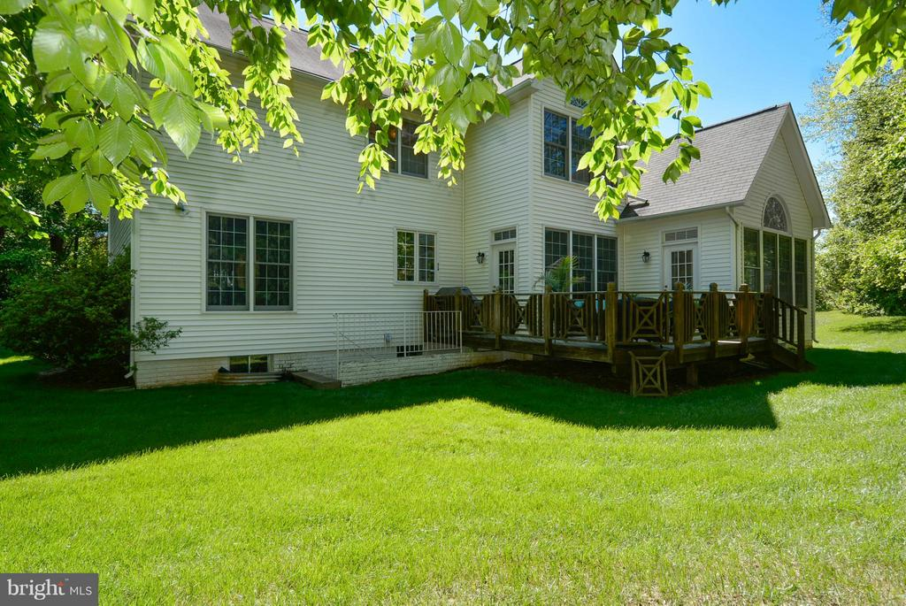 Private Rear Yard with Nice Size deck and area way - 10106 DECKHAND DR, BURKE