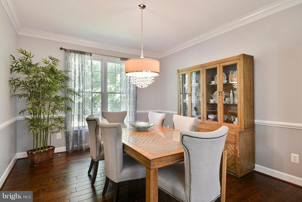 Dining room with chair rail and crown moulding - 10106 DECKHAND DR, BURKE