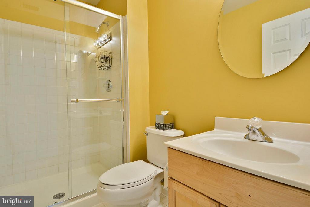 Bedroom 2 full bathroom en suite - 10106 DECKHAND DR, BURKE
