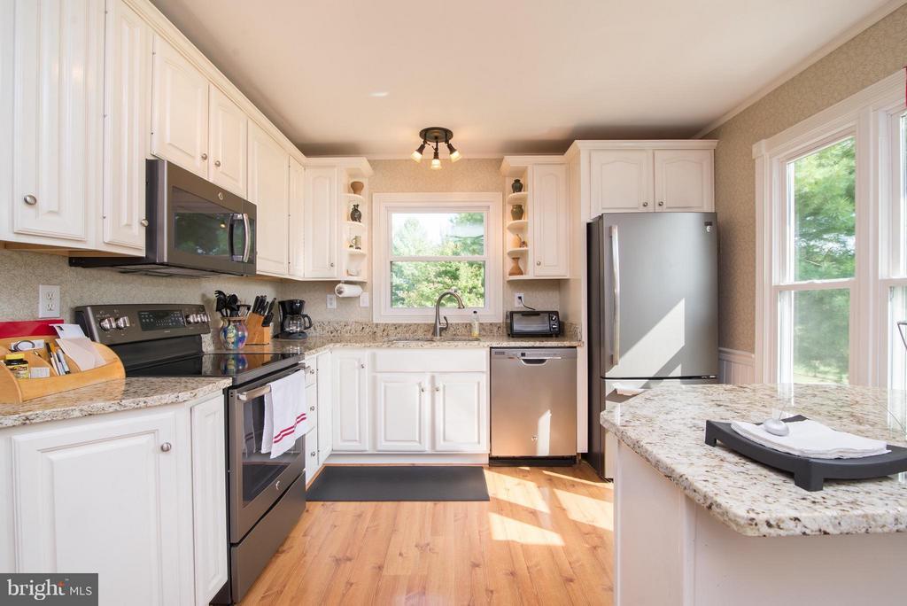 Updated kitchen! - 192 CHESTNUT LN, BERRYVILLE
