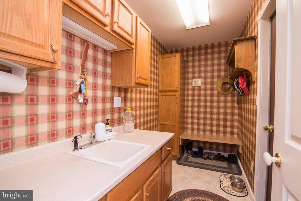 Mud room at entry - 192 CHESTNUT LN, BERRYVILLE