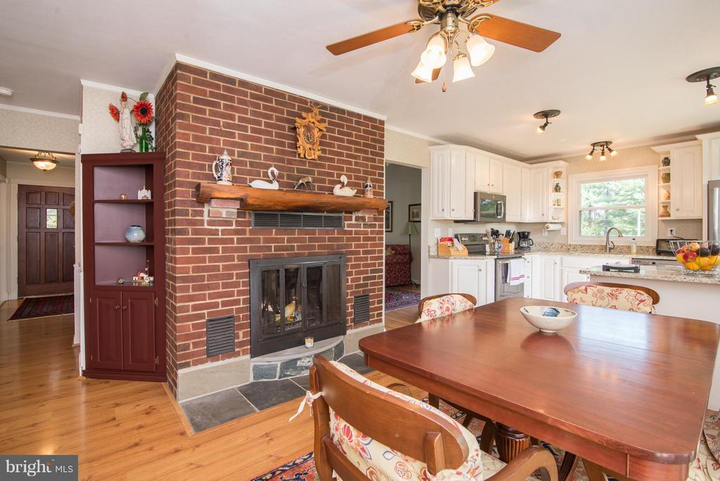Eat in kitchen/dining area with 2 sided fireplace - 192 CHESTNUT LN, BERRYVILLE